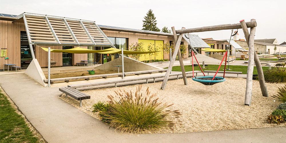 Erweiterung Kindergarten Wirbelwind, Gänserndorf: 3-gruppiger Kindergarten-Zubau in Holzriegelbauweise in Passivhausstandard, ökologische Baumaterialien